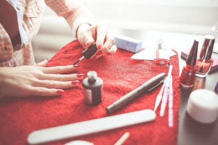 15 ide de cadou pentru soacră de Crăciun și 8 Martie-Kit de unghii pentru o soacră care își dorește o manichiură perfectă