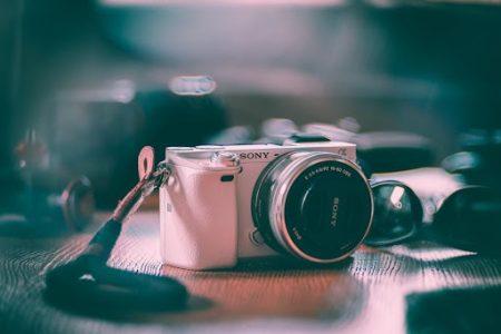 15 ide de cadou pentru soacră de Crăciun și 8 Martie-Un aparat foto mirrorless performant pentru o soacră pasionată de fotografiat