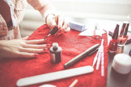 Kit de unghii pentru o sărbătorită care prețuiește manichiura perfectă