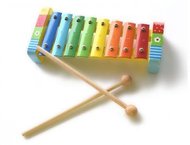 Un instrument muzical de jucărie pentru o viitoare vedetă rock