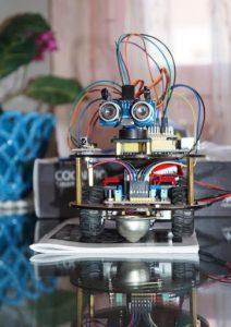 Un kit robotic pentru un sărbătorit căruia îi plac provocările