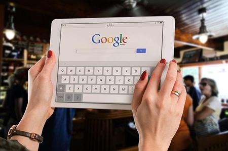 Tablete pentru explorarea lumii în format digital pentru o femeie căreia îi place tehnologia