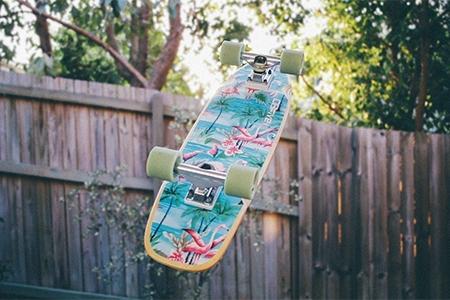 Skateboard pentru cei cărora le place să se aventureze pe străzi